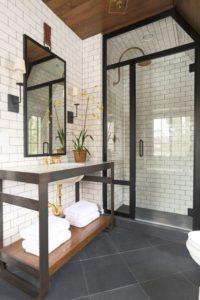 Cuarto de baño de estilo industrial con mampara estructura en negro